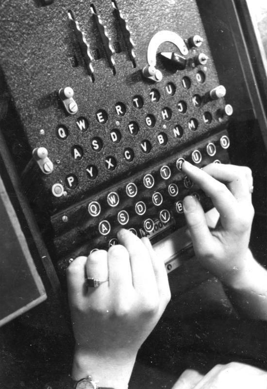 Bundesarchiv_Bild_183-2007-0705-502,_Chiffriermaschine__Enigma_[1]